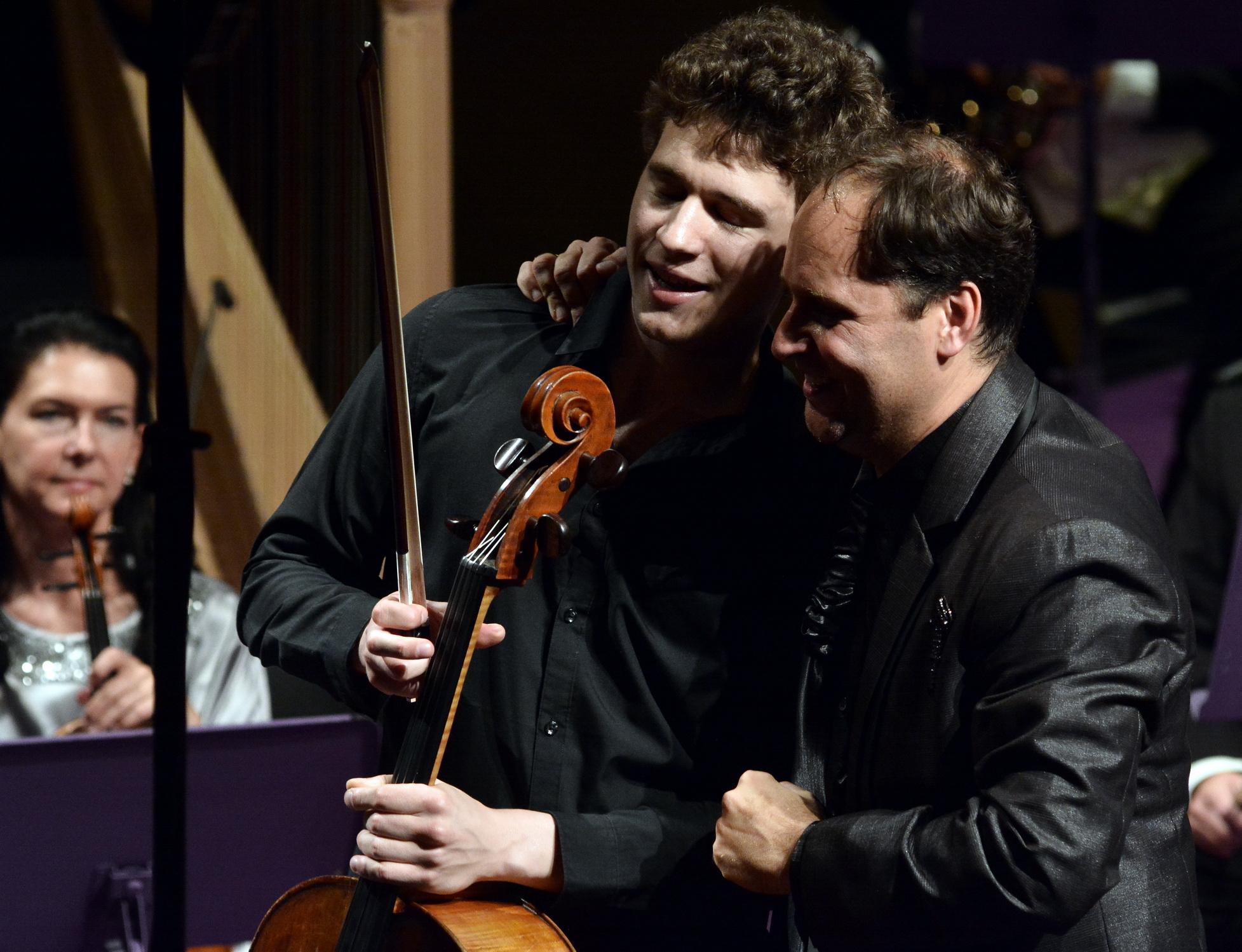il violoncellista Barnabás Baranyai con il direttore Tibor Boganyi
