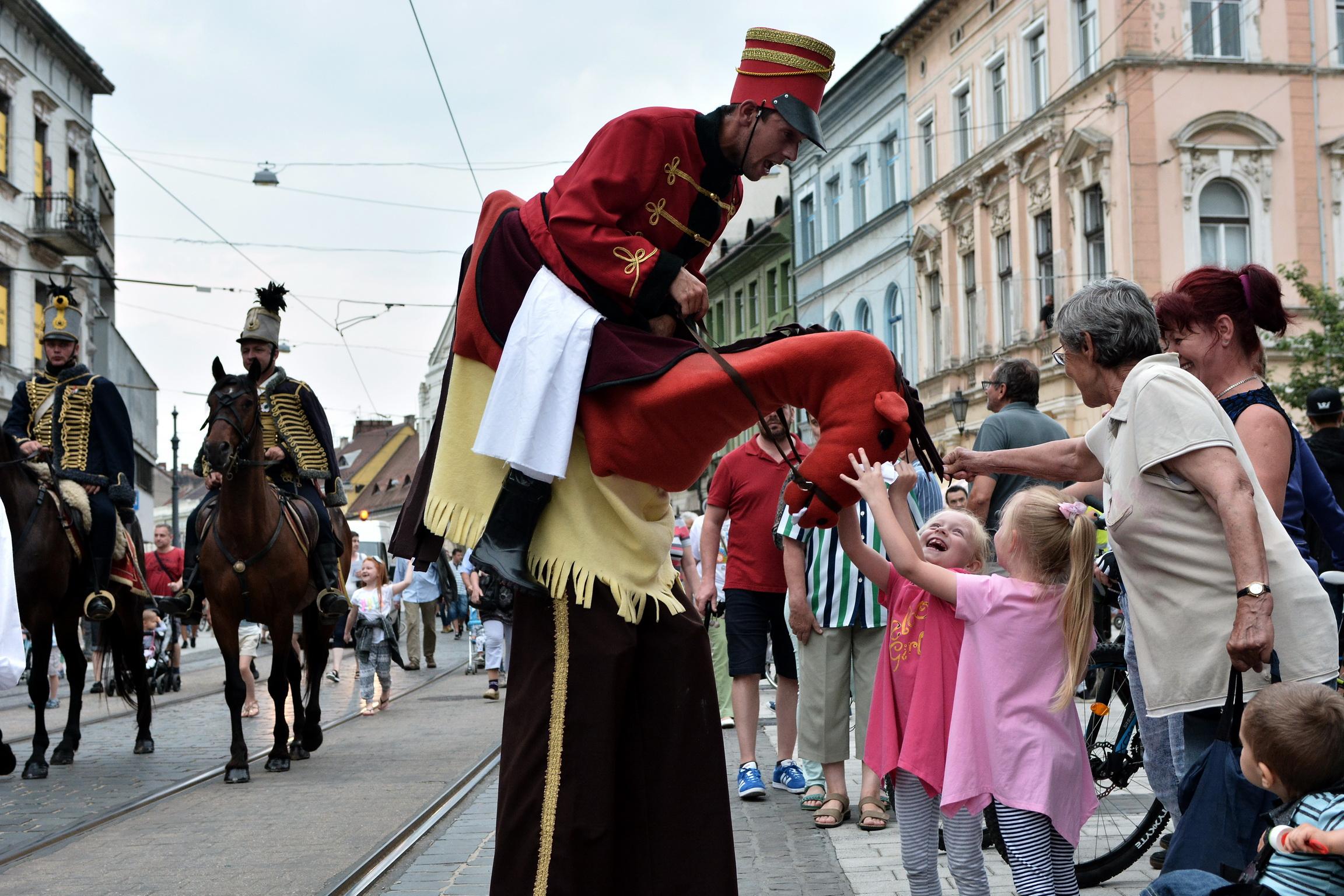 Sfilata nel centro di Miskolc per l'apertura del Bartok Plusz Opera Festival