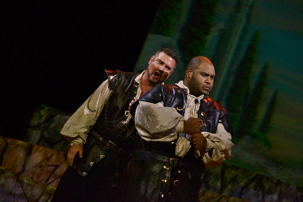 Michael Chioldi (Iago) and Issachah Savage (Otelo) Copyright - Marco AyalaOFJ.j
