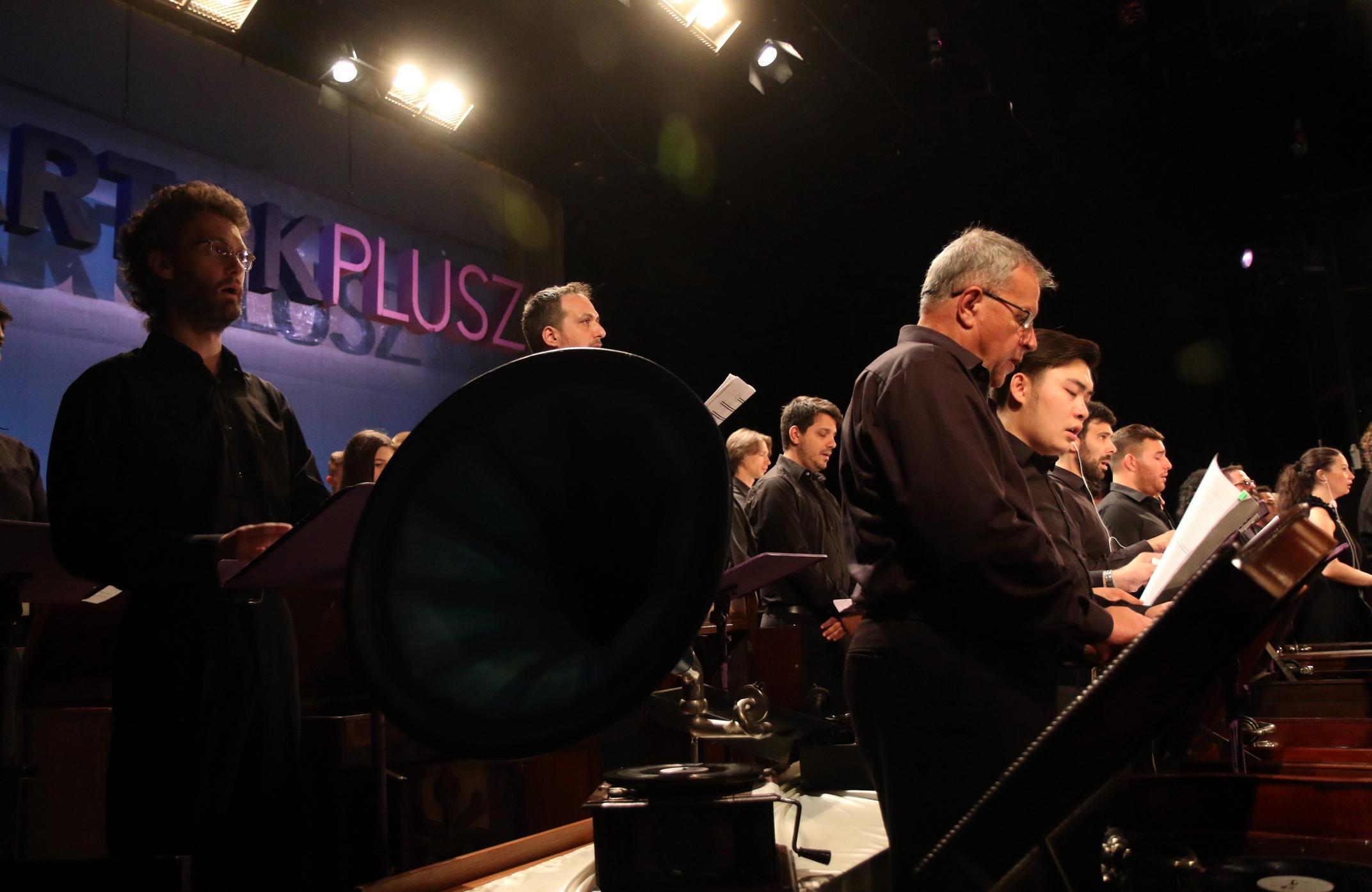 Coro e musicisti durante l'esecuzione di Pjonè