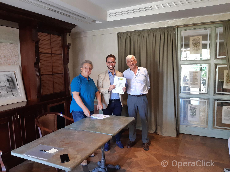Riccardo Benlodi fra Alessandro Corbelli e Walter Vergnano durante la consegna dell'attestato di partecipazione