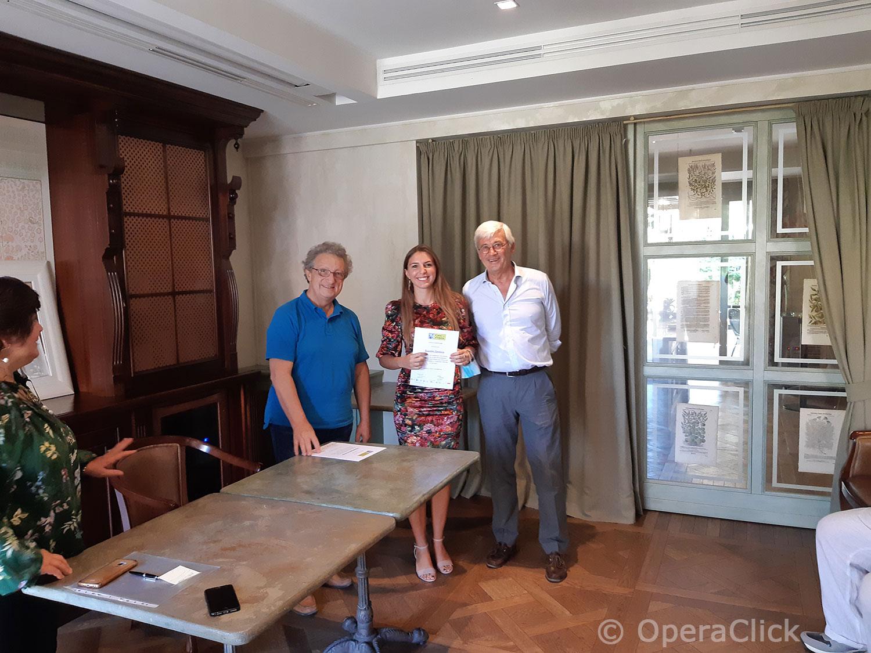 Eleonora Boaretto fra Alessandro Corbelli e Walter Vergnano durante la consegna dell'attestato di partecipazione