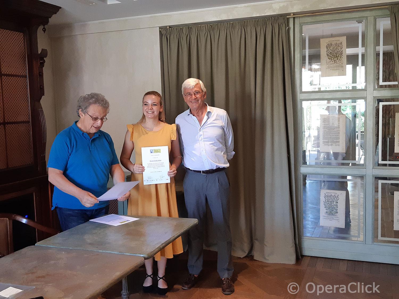 Viola Sofia Nisio fra Alessandro Corbelli e Walter Vergnano durante la consegna dell'attestato di partecipazione