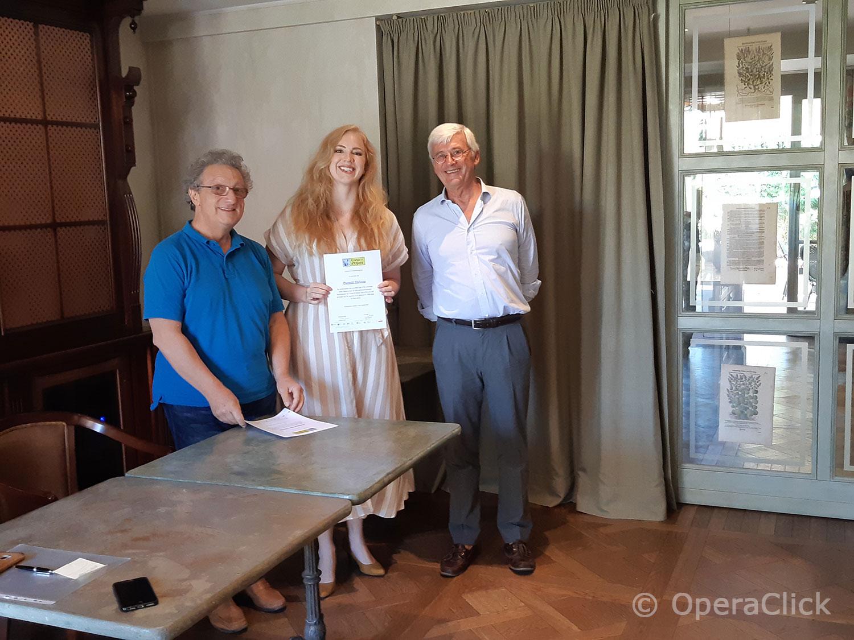 Melissa Purnell fra Alessandro Corbelli e Walter Vergnano durante la consegna dell'attestato di partecipazione