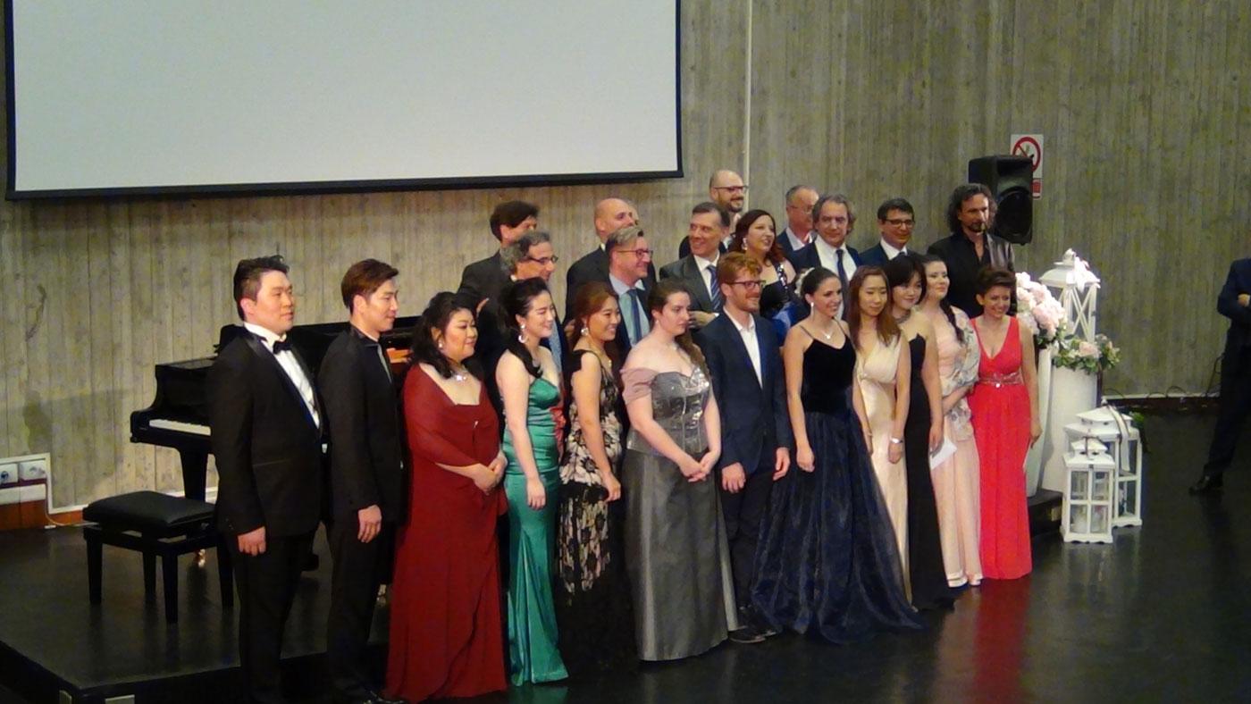 foto di gruppo con finalisti e giuria