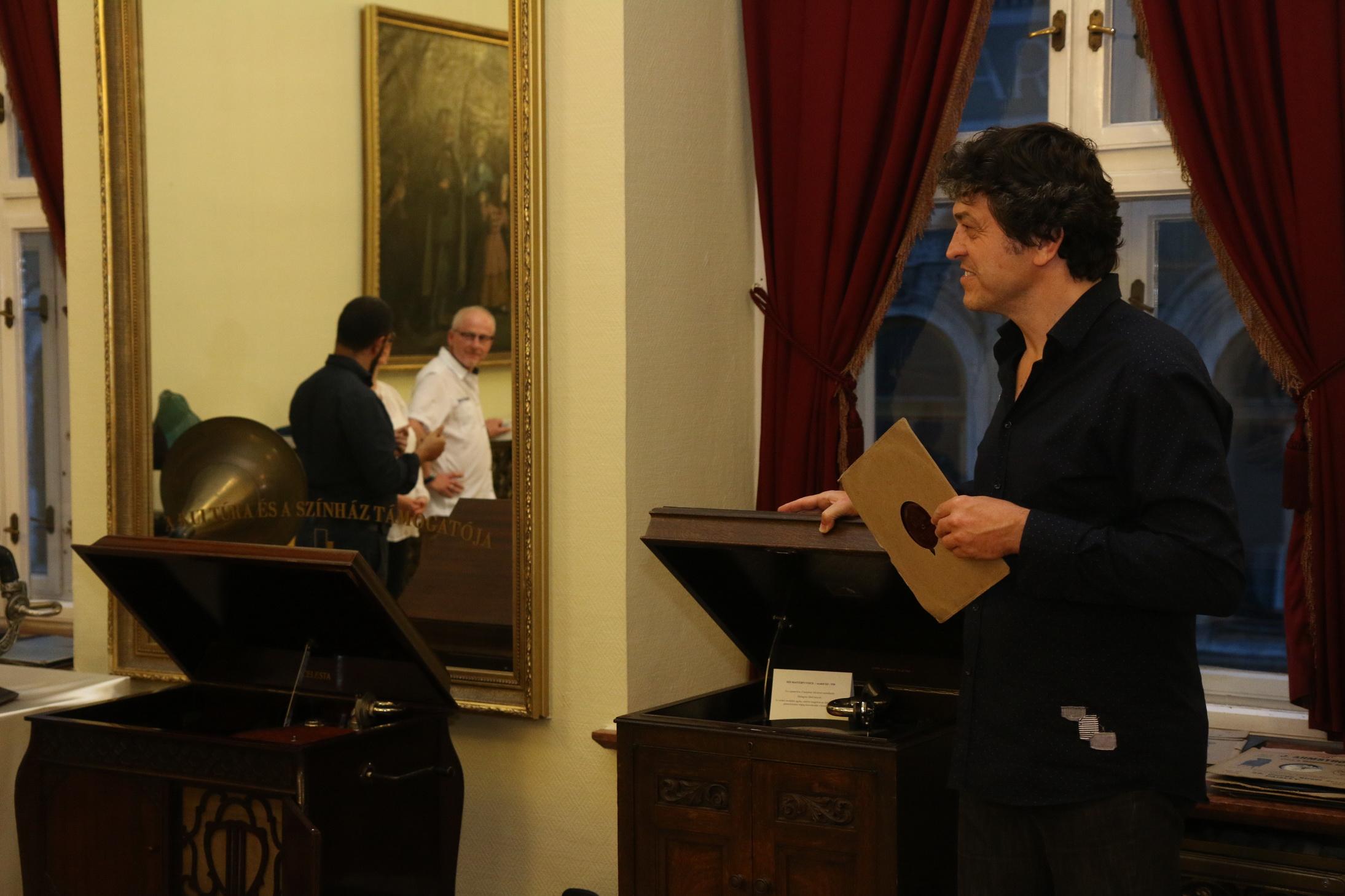 Giuseppe Nicolò, collezionista di grammofoni e Gergely Kesselyák direttore del Bartok Plusz